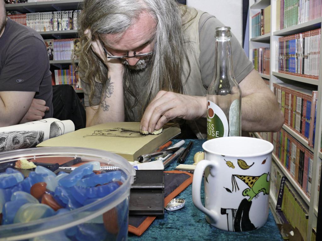 Herausgeber Steff Murschetz macht sich gern mal die Finger schmutzig - mit Schwamm und Stempelkissen.
